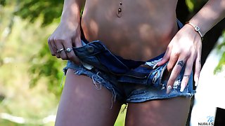 Cute pie Roxy Ryder gets naked in the garden and offers ourselves